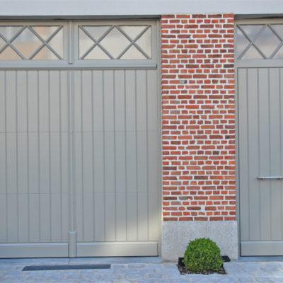 Houten sectionaalpoort met voordeur in pastoriestijl
