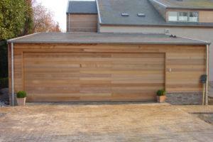 Sectionaalpoort in aluminium kaders bekleed met horizontale planken in cederhout
