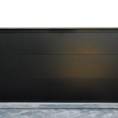 Sectionaalpoort in 3 grote vlakke aluminium BUMAX panelen in zwarte kleur