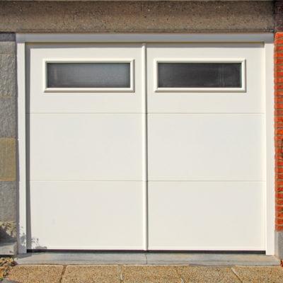 Sectionaalpoort in 3 vlakke aluminium panelen voorzien van 2 ramen met opdekkaders en vertikale makelaar in het midden