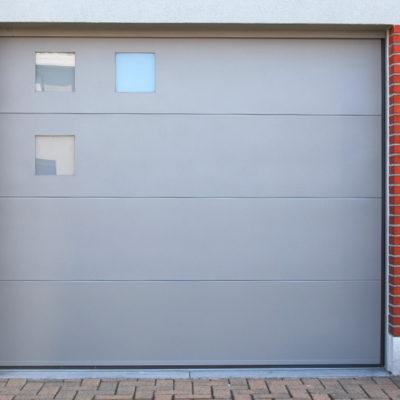 Sectionaalpoort in vlakke BUMAX panelen met 3 ingefreesde ramen zonder kaders rondom
