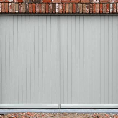 Aluminium kantelpoort met volkern PVC planchetten, bekleed met een Renolit structuurfolie
