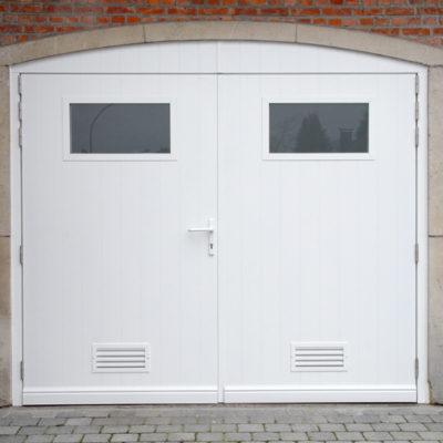 Aluminium vleugelpoort met aluminium opdekpanelen, voorzien van verticale infrezingen, 2 rechthoekige ramen en onderin verluchtingsroosters
