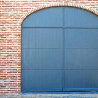 Aluminium pastoriepoort met vast bovenpaneel en voorzien van horizontale sierlijst tussen de poort en het vast paneel