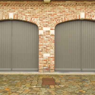 Twee PVC pastoriepoorten, bekleed met Renolit struktuur-folie en voorzien van sierplint, makelaar en sierboog rondom