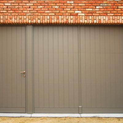 Pastorie sectionaalpoort en deur, bekleed met gefreesde Bruynzeelplaten