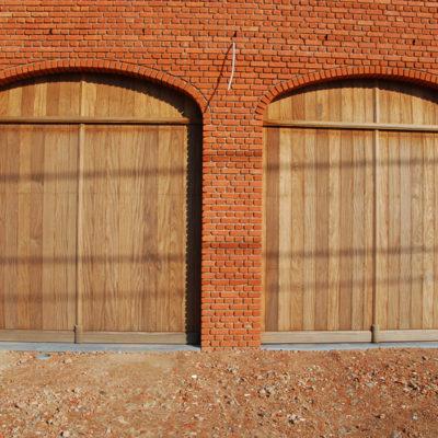 Twee pastoriepoorten in onbehandeld Afrormosia hout en voorzien van een vast bovenpaneel
