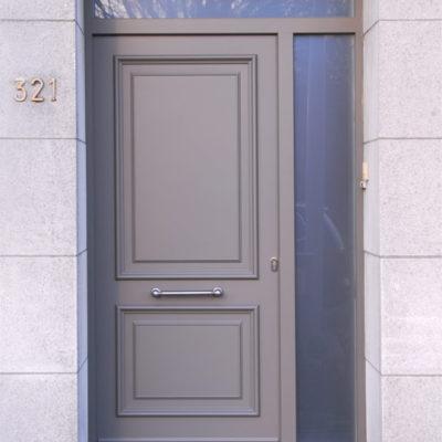Tradition voordeur met zijlicht en bovenlichtn voorzien van gezuurd glas