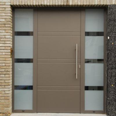 Presence voordeur type UNI6 met 2 zijlichten, voorzien van gezandstraald glas met brede klare lijnen