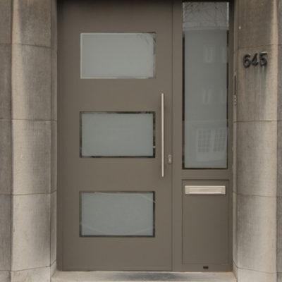 Presence design voordeur met 3 rechthoekige ruiten en zijlicht met brievenklep