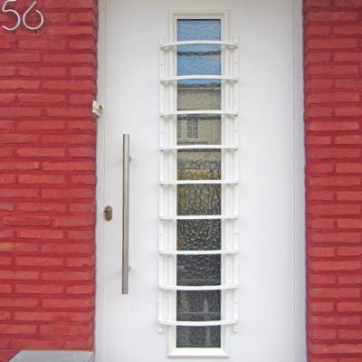 Presence voordeur met langwerpig raam en speciale sierrooster