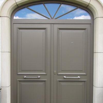 Dubbel opendraaiende voordeur in Meranti hout en bovenraam met opliggende kruisverdeling
