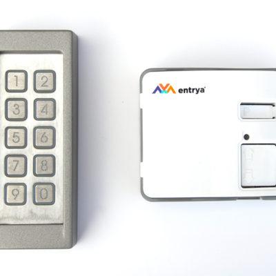 Codeklavier met controller en draadverbinding