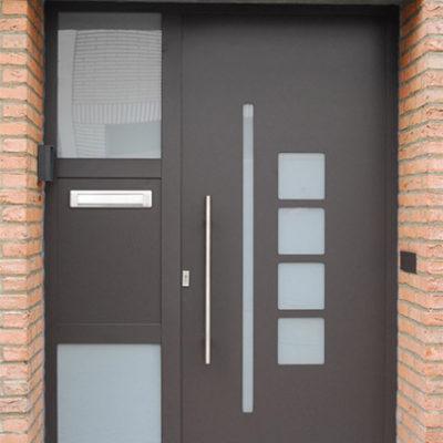 Presence Design voordeur type Cirrus met gezandstraald glas en zijlicht met ingewerkte brievenklep