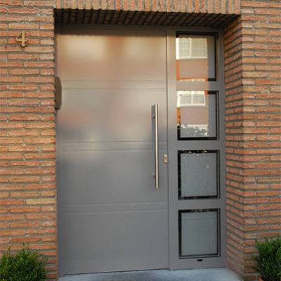 Presence Design voordeur type Uni 6 en zijlicht met 3 T profielen en gezandstraald glas met klare boorden