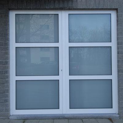 Dubbel opendraaiende vleugelpoort in aluminium kaders en bekleding met gelaagde dubbel beglazing