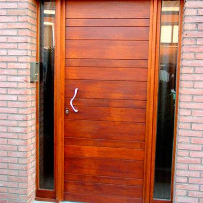 Houten voordeur in meranti met horizontale planken en 2 zijlichten