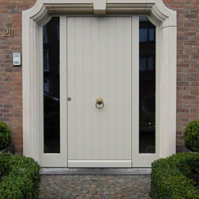 Houten voordeur met een gefreesde Bruynzeel multiplexplaat en 2 zijlichten