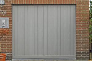 Kantelpoort in aluminium kaders bekleed met houten planken