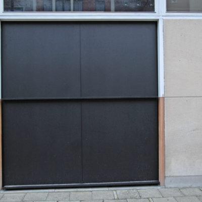 Kantelpoort in aluminium kaders bekleed met vlakke aluminium platen en 2 horizontale profielen
