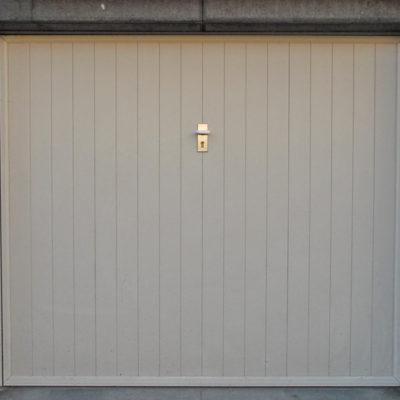 Kantelpoort in aluminium kaders en vertikale PVC-planchetten