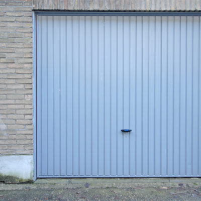 Metalen kantelpoort in stalen kader en bekleding met een geprofileerde stalen plaat