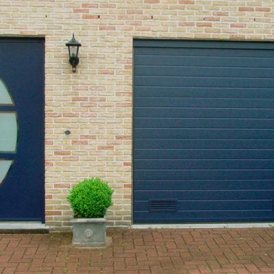 Sectionaalpoort in fijn gelijnde panelen en Presence voordeur type Eclips