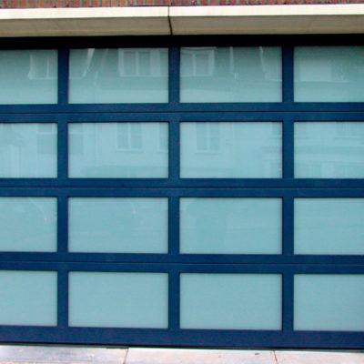 Sectionaalpoort in gelakte aluminium kaders met opaal gelaagd glas