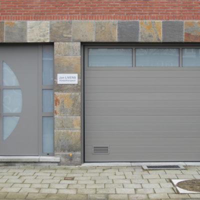 Sectionaalpoort in gelijnde Bumax panelen met glassektie bovenin en Presence voordeur type Eclips