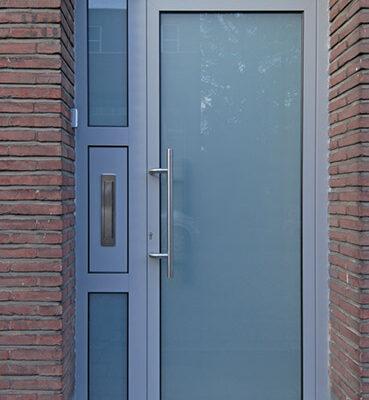 Verglaasde voordeur en zijlicht met ingewerkte inox brievenklep