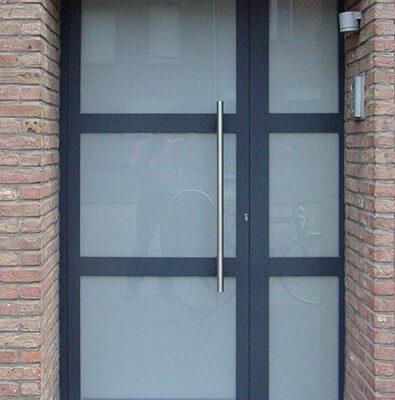 Verglaasde voordeur met 2 T-profielen en zijlicht