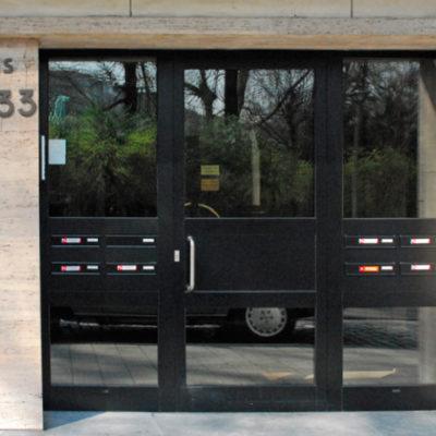Verglaasde voordeur met doorzichtig glas en 2 zijlichten met ingewerkte brievenbus-gehelen